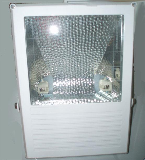 надежно защищает прожектор